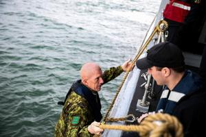 Kaitseväe juhataja kindralmajor Martin Herem külastas Väinamerel Admiral Cowanit ja selle meeskonda.