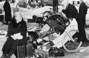 2. juuni 1940: Pariisi lähistel on hetkeks peatunud Belgia sõjapõgenikest vanapaar oma varanatukesega. Nad olid sunnitud jätma oma kodu Esimese maailmasõja ajal, nüüd juhtus see jälle.