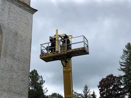 Kullamaa kiriku torn sai taastatud risti ja uue tornikuuli.