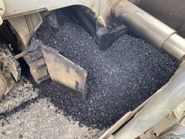 PlPlastijäätmeid sisaldava asfaldimassi laotamine Sargveres.