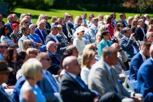 Jüri Ratas kutsus inimesed botaanikaaeda, et tänada neid abi eest eriolukorra lahendamisel.
