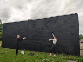 Местные волонтеры Крислин и Диана помогли подготовить стену в Кохтла-Ярве по адресу Калеви 25a. В августе ее разрисует художник под псевдонимом Kopylove из Нарвы.