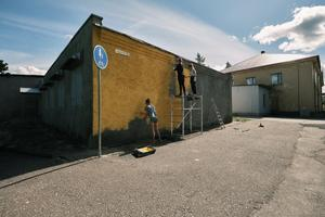 Местные волонтеры помогли подготовить стену по адресу Яанику 9 в Кохтла-Ярве.