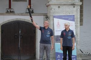 В честь 40-летия Олимпийской парусной регаты в Таллинне на Ратушной площади зажгли олимпийский огонь.