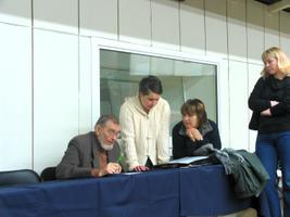 Nüüd on mõttekoht. Veljo Tormise kõrval Marge Ly Rookäär, Tiia Teder ja pisut eemal Monika Rõžov.