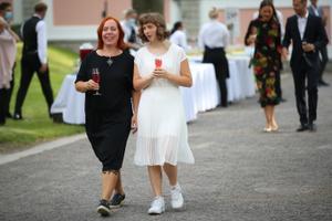 Vastuvõtu külalised roosiaias