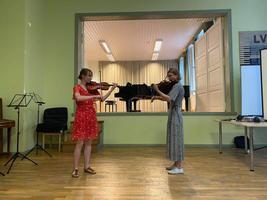 Klassikatähtede suvi: Triinu Piirsalu koos õe Mariiga Hiiumaal viiuldajate suvekursusel