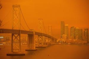 Maastikupõleng Californias. San Francisco on mattunud põlengute põhjustatud oranži suitsu sisse.