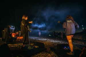 Centre El Muusa salvestas kontserdi Aidu pooliku tuuliku all