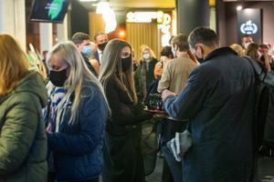 Maskides inimesed Pimedate Ööde filmifestivali avatseremoonial
