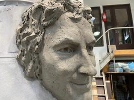 Скульптор Мати Кармин завершает работу над памятником эстрадному певцу Яаку Йоала.