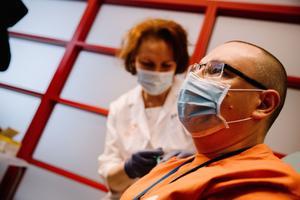 Tallinnas sai esimeste seas koroonaviiruse vastast vaktsiini Lääne-Tallinna Keskhaigla juhatuse esimees dr Arkadi Popov