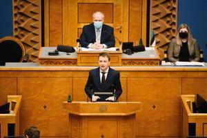 Эдуард Одинец приносит присягу в Рийгикогу.