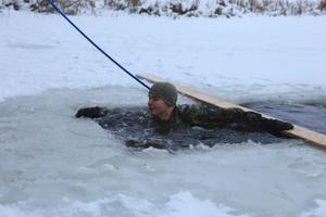 Солдаты учатся выбираться из воды на лед, правильно одеваться и избегать обморожения.