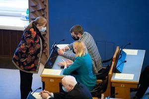 Helmen Kütt, Riina Sikkut ja Jevgeni Ossinovski riigikogu sotside fraktsioonis