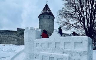 Снежный городок на Башенной площади.
