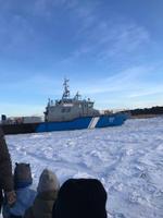 Жители Прангли рубят лед в порту Кельнасе.