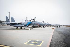 На авиабазу Эмари прибыли восемь истребителей F-15E и F-15C ВВС США.