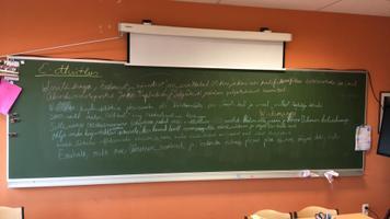 Brüsseli II Euroopa kooli eesti keele tund. E-etteütlus tahvlil.