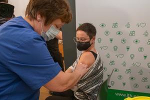 Signe Riisalo vaktsineerimas