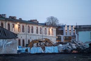 Стены Батарейной тюрьмы в Таллинне с 19:00 и до полуночи окрасились в красный цвет.