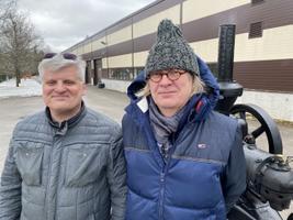 Järvamaa Kutsehariduskeskuse direktor Rein Oselin ja Lanz-tüüpi traktorite entusiast, taastamise eestvedaja Eero Kotli.
