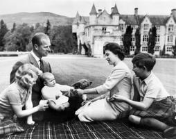 Prints Philip ja kuninganna Elizabeth II oma lastega 1960. aastal