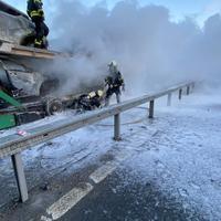 Большая часть автомобилей сгорела полностью.