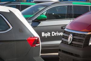 Автомобили с надписью Bolt Drive.