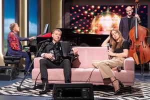 Rein Rannap, Marko Matvere ja Maarja-Liis Ilus koos bändiga saates