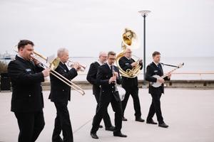"Maarjamäe Tallihoone uue näitue ""Jazz idealism 1967"" avas Politsei- ja PiirivalveorkestriDixielandansambli avarongkäik"