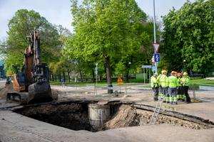 Авария трубопровода нарушила движение трамваев на Коплиском направлении.