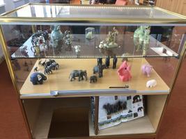 Коллекция фигурок слонов Анди Вескиоя.
