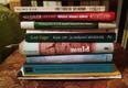 Kõik pooleli olevad raamatud öökapil.