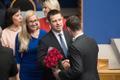 Jüri Ratas võtab vastu õnnitlusi oma eelkäijalt Taavi Rõivaselt.