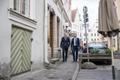 Marko Mihkelson ja Margus Tsahkna sisenemas vanalinna restorani, kus nad oma otsusest ajakirjanikke teavitasid.