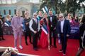 Eurovisiooni punane vaip. Eesti delegatsioon, vasakult Rolf Roosalu, Dagmar Oja, Mart Normet, taga lipuga Kaire Vilgats, ees Laura ja Koit ning Sven Lõhmus.  2017