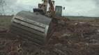 Sellel kopal on laias laastus kaks ülesannet. Ta peab täitma ära selle kuivenduskraavi ja siis kindlate vahemaade tagant ehitama kraavile paisud.