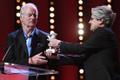 Parima režissööri Hõbekaru võitnud USA lavastaja Wes Andersoni eest võttis auhinna vastu näitleja Bill Murray, kelle häälega räägib üks filmi koertegelastest.