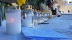 Цветы, игрушки и свечи возле Генконсульства России в Нарве.