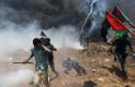 Palestiina meeleavaldajad põgenevad Iisraeli julgeolekuvägede visatud pisaragaasi eest.