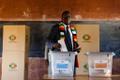 Emmerson Mnangagwa hääletamas.
