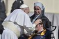 Paavst õnnistamas haigeid Püha Peetruse väljakul Vatikanis 2015. aastal