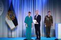 President Kersti Kaljulaid andis üle riiklikud teenetemärgid. Peeter Perens – juubelilaulupeo kunstiline juht ja koorijuht ning laulupeotraditsiooni hoidja.