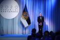 President Kersti Kaljulaid andis üle riiklikud teenetemärgid. Laupa Põhikooli direktor Kaarel Aluoja