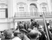 Presidendilossi ees seisva veoauto kastist peab kõnet tekstiilitööstuse ametiühingu juht Erich Kadakas, kes muu hulgas nõudis relvade äravõtmist politseilt. Kõne lõpus hüüti Kadakase eestvõttel kolmekordne hurraa Stalinile ja teistele Nõukogude juhtidele.