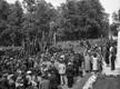 """Kadrioru lossi esine park oli tulvil demonstrante, kes kandsid loosungeid """"Nõuame valitsust, kes ausalt täidab Nõukogude Liiduga sõlmitud pakti!"""", """"Maha sõjaprovokaatorite valitsus!"""" jms. 21. juuni 1940."""