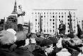 Käremeelne kommunist Aleksander Resev esitab Vabaduse väljaku miitingul tõlget Punaarmee esindaja tervituskõnest. Paremal Tallinna Ühise Haigekassa esimees Aleksander Pirson, kes andis demonstrantidele juhtnööre edasise tegevuskava kohta.