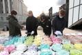 Sada torti Jüri Ratasele ja tema valitsusele ühendministeeriumi ees