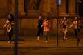 Hirmunud inimesed jooksevad Viini kesklinnas.
